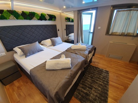 Upper deck balcony cabin
