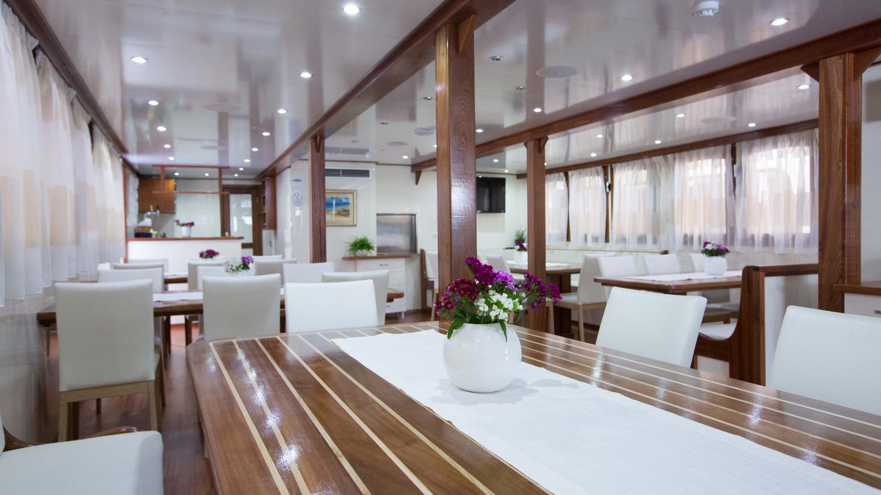 Splendid dining | The Small Cruise Ship Collection.
