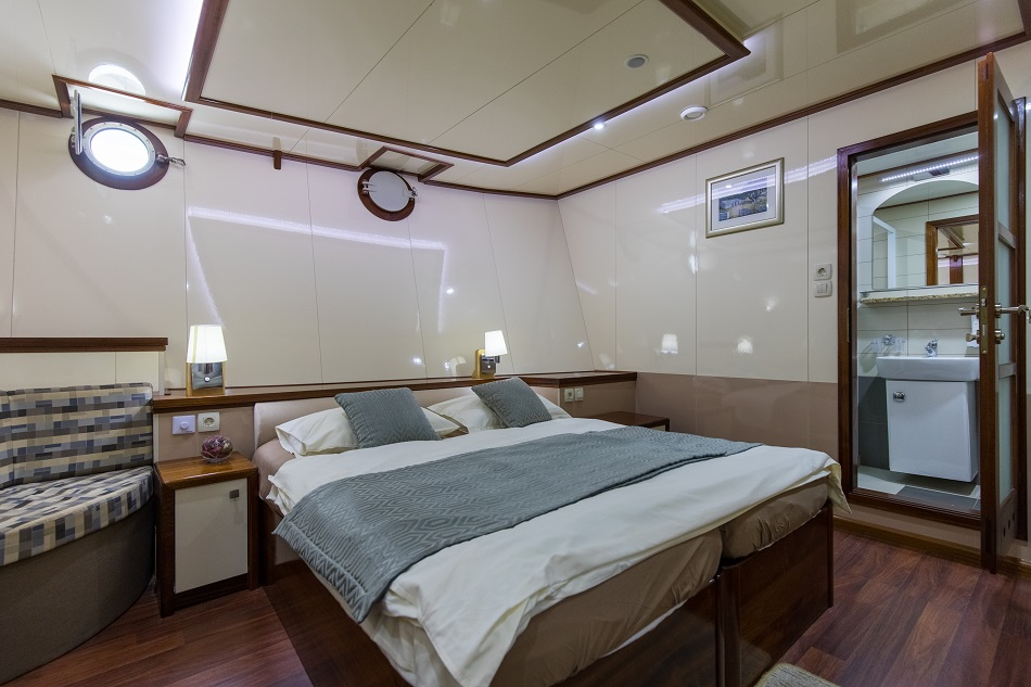 MV Diamond lower deck cabin